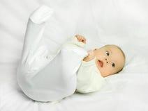 Bebê bonito no sofá branco Imagem de Stock