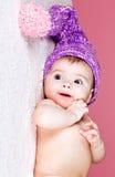 Bebê bonito no tampão feito malha Fotos de Stock