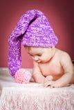 Bebê bonito no tampão feito malha Fotografia de Stock