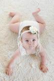 Bebê bonito no tapete branco Fotografia de Stock Royalty Free