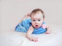 Bebê bonito no vestido azul com flor cor-de-rosa Imagem de Stock Royalty Free