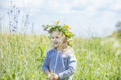 Bebê bonito pequeno fora em um campo no ar fresco Foto de Stock