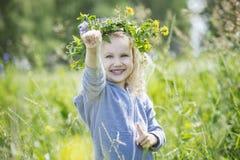 Bebê bonito pequeno fora em um campo no ar fresco Imagens de Stock