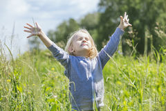 Bebê bonito pequeno fora em um campo no ar fresco Imagens de Stock Royalty Free