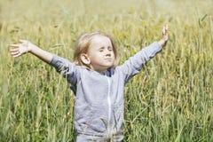 Bebê bonito pequeno fora em um campo no ar fresco Fotografia de Stock Royalty Free