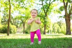 Bebê bonito que aprende andar no parque fotos de stock
