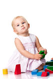 Bebê bonito que constrói um castelo imagem de stock