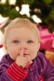 Bebê bonito que diz o shhh - no Natal Imagens de Stock