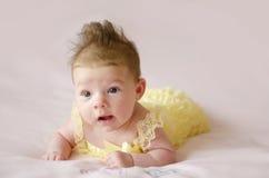 Bebê bonito que encontra-se na barriga Fotografia de Stock Royalty Free
