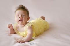 Bebê bonito que encontra-se na barriga Fotografia de Stock