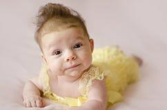 Bebê bonito que encontra-se na barriga Fotos de Stock