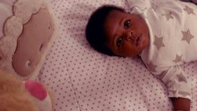 Bebê bonito que encontra-se na cama filme