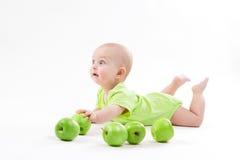 Bebê bonito que encontra-se no fundo e no sorriso imagem de stock royalty free