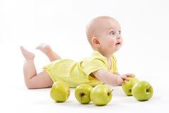 Bebê bonito que encontra-se no fundo e no sorriso imagens de stock