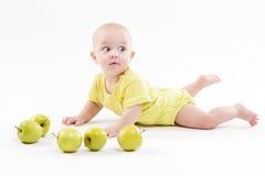 Bebê bonito que encontra-se no fundo e no sorriso imagens de stock royalty free