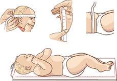 Bebê bonito que encontra-se no medidor da altura em uma clínica Imagem de Stock