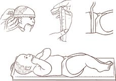 Bebê bonito que encontra-se no medidor da altura em uma clínica Imagens de Stock Royalty Free