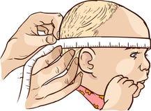 Bebê bonito que encontra-se no medidor da altura em uma clínica Foto de Stock