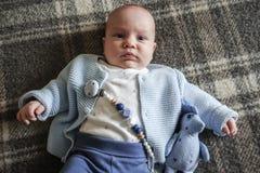Bebê bonito que encontra-se no seu para trás Fotos de Stock Royalty Free