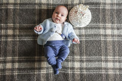 Bebê bonito que encontra-se no seu para trás Fotografia de Stock Royalty Free