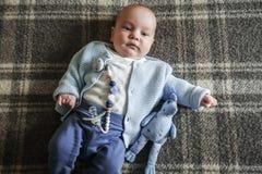 Bebê bonito que encontra-se no seu para trás Foto de Stock Royalty Free