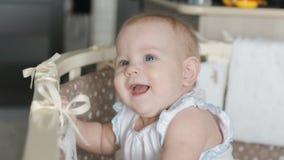 Bebê bonito que está na ucha Retrato do suporte bonito do bebê no berço e no riso filme