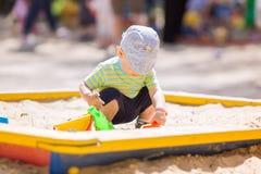 Bebê bonito que joga com areia Fotos de Stock