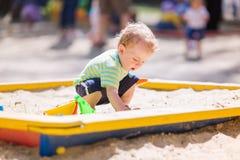 Bebê bonito que joga com areia Fotografia de Stock Royalty Free