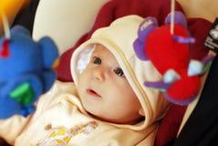 Bebê bonito que joga com brinquedos Imagem de Stock