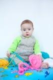 Bebê bonito que joga com confecção de malhas Fotos de Stock
