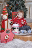 Bebê bonito que joga com a decoração da árvore de Natal Foto de Stock Royalty Free