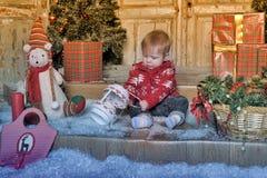Bebê bonito que joga com a decoração da árvore de Natal Imagens de Stock Royalty Free