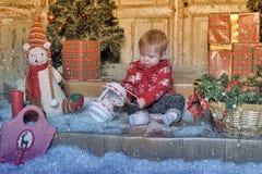Bebê bonito que joga com a decoração da árvore de Natal Imagem de Stock