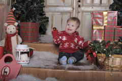 Bebê bonito que joga com a decoração da árvore de Natal Foto de Stock