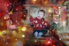 Bebê bonito que joga com a decoração da árvore de Natal Fotos de Stock