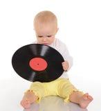 Bebê bonito que joga com registro de vinil velho no fundo branco Imagens de Stock Royalty Free