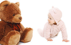 Bebê bonito que joga com urso de peluche Fotografia de Stock Royalty Free