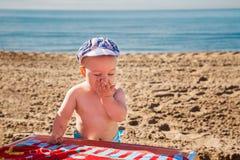 Bebê bonito que joga em uma praia foto de stock