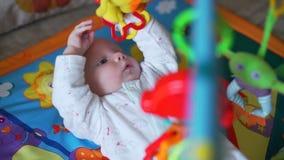 Bebê bonito que joga no Gym da atividade video estoque