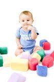 Bebê bonito que mastiga no dedo Fotos de Stock Royalty Free