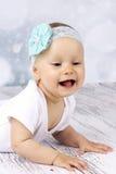 Bebê bonito que rasteja no assoalho e no riso fotos de stock