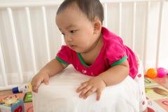 Bebê bonito que tenta aprender estar Imagens de Stock Royalty Free