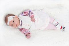 Bebê bonito que veste a faixa floral fotos de stock