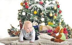 Bebê bonito um menino do ano que joga com a decoração da árvore de Natal Fotografia de Stock