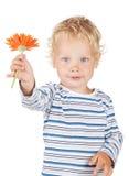 Bebê branco do cabelo encaracolado e dos olhos azuis com flor Imagem de Stock Royalty Free