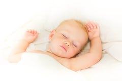 Bebê calmo que encontra-se em um sono da cama Imagem de Stock Royalty Free