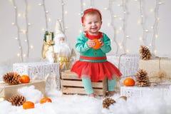 Bebê caucasiano com olhos azuis no traje do duende que comemora o feriado do Natal ou do ano novo Fotos de Stock