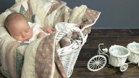 Bebê caucasiano de sono na cesta filme