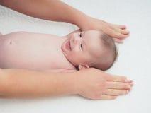 Bebê caucasiano pequeno da massagem do doutor foto de stock