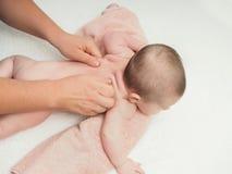 Bebê caucasiano pequeno da massagem do doutor imagens de stock royalty free